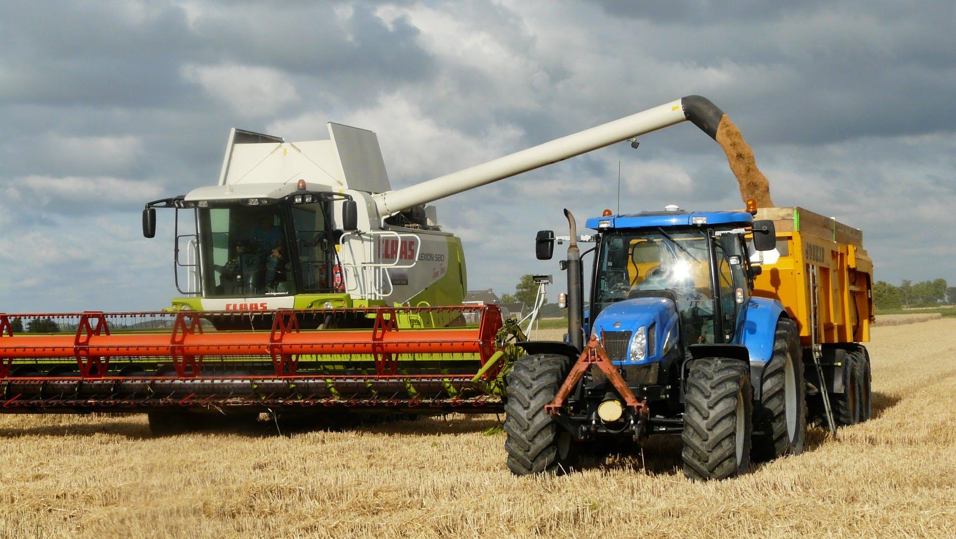 Traktor och skördetröska