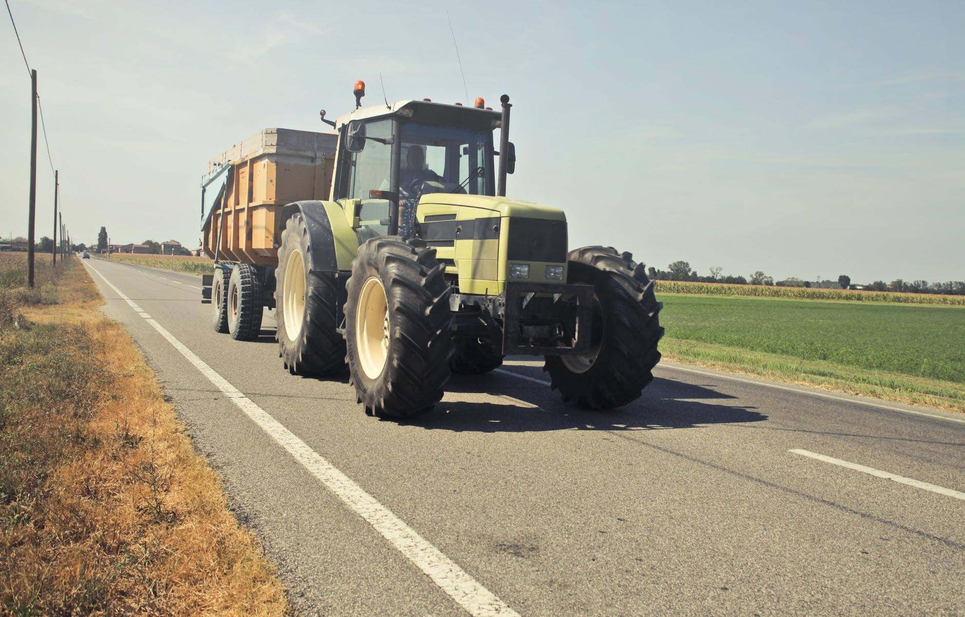 Traktor på landsväg